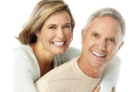 Tökéletes fogsor egyrészes fogimplantátummal
