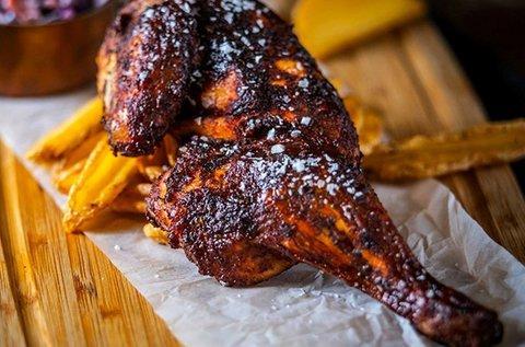 1 adag BBQ oldalas és BBQ fél csirke a belvárosban