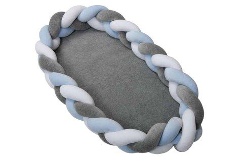Fonott babafészek plüssből, szürke-kék színben