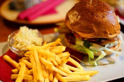 Hamburger sült krumplival, káposztasalátával 2 főre