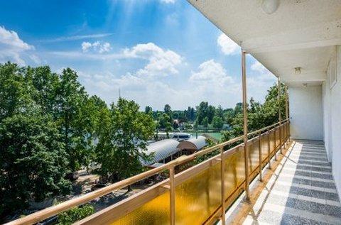 Hűsítő pihenés a Balaton partján, Siófokon