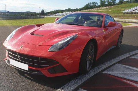 Nyomd a gázt egy Ferrari F12 Bernelitta volánjánál!