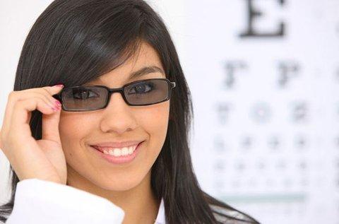 Divatos szemüveg fényre sötétedő lencsével