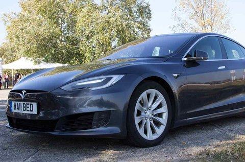 Városi vezetés Tesla Model S 85D autóval