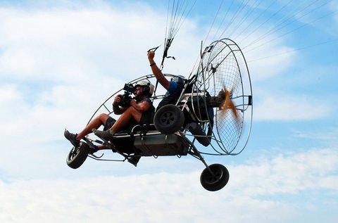 Tandem siklóernyőzés motoros trájkkal