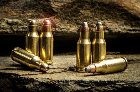 85 lövés 5 féle választható híres fegyverrel