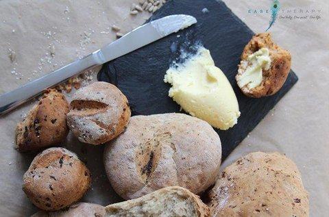 Házi kenyér, kovász, vaj és joghurt készítése