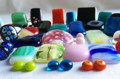 Üvegékszer-készítés workshop ajándék ékszerrel