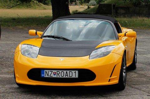 2 kör Tesla Roadster elektromos sportautóval