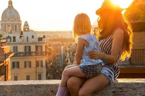 Romantikus páros nyári városnézés Rómában