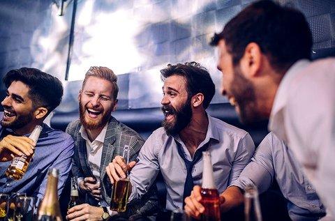 Mercedes partybuszos legénybúcsú leszbi show-val