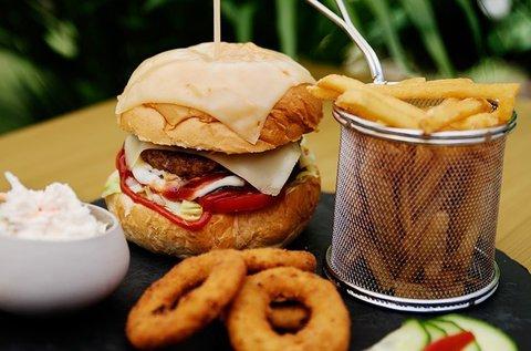 Kézműves Royal Burger fűszeres steakburgonyával