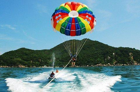 Vízi ejtőernyőzés a Tisza-tó körül