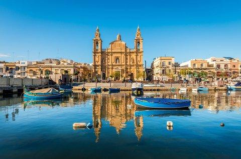 Nyaralás a napfény szigetén, Máltán repülővel
