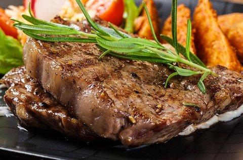 Romantikus páros bélszín steak vacsora luxushajón